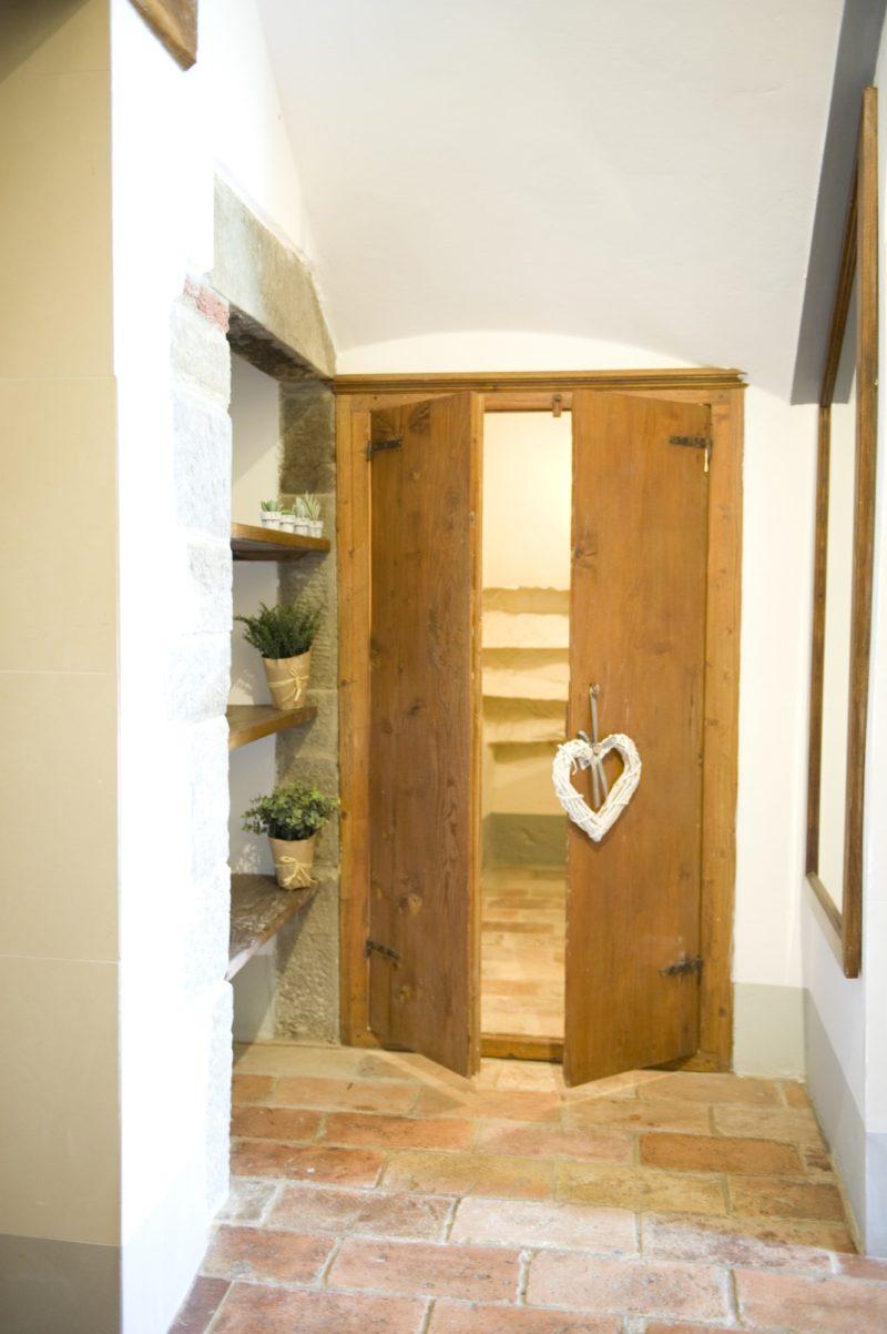 Villa wedding Italy. Antique wooden door in Suite Villa 1.