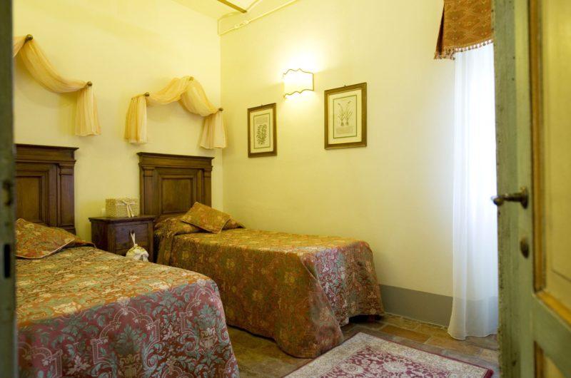 Villa wedding Italy. Detail of the 2 singles bed bedroom in Suite Villa 1.