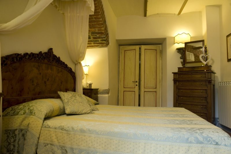Weddings tuscany villa. A detail of the bedroom of Suite Villa 6.