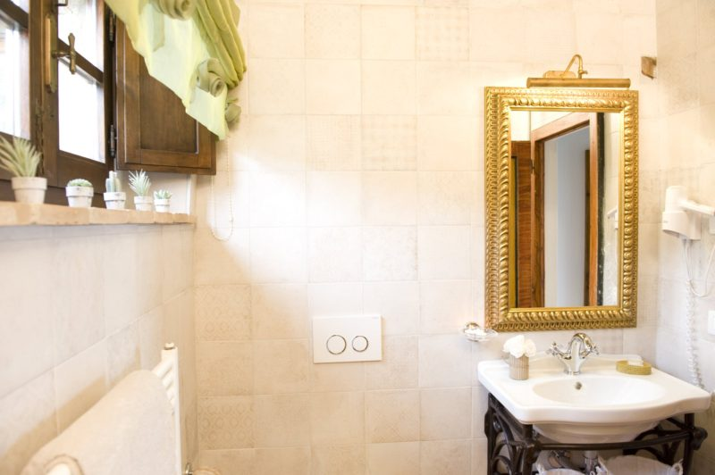 Weddings tuscany. One detail of the bathroom in Suite Villa 5.